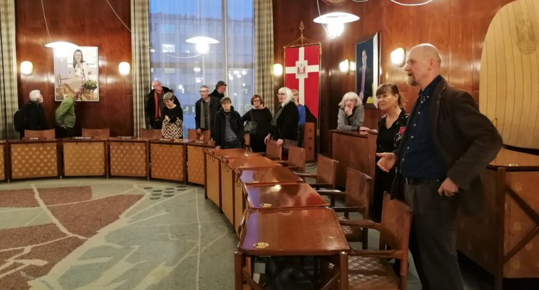Enhedslistens byrådsmedlemmer, Keld Hvalsø og Lone Norlander fortalte om det politiske arbejde og viste rundt på rådhuset.