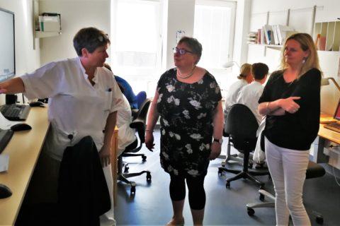 Folketingskandidat Else Kayser besøger fødeafdelingen på Aarhus Universitetshospital, i snak med chefjordemoder Joan Dürr og afd. sygeplejerske Trine Madsen