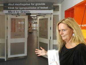 """""""Med besparelserne kan der være kvinder, som ikke har en jordemoder hos sig ved fødslen,"""" siger chefjordemoder Joan Dürr."""