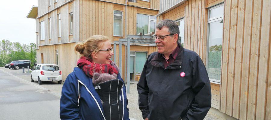 Enhedslistens spidskandidat Søren Egge Rasmussen med Fenja Kirstein ved træhusene i Lisbjerg